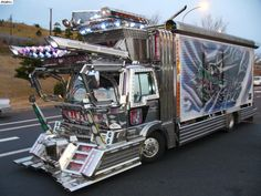 Dekotora trucks are a very special type of art trucks specific to Japan. Dekotora means decorating trucks as flashiest as possible Car Mods, Japanese Cars, Custom Trucks, In The Flesh, Big Trucks, My Ride, Cars Motorcycles, Classic Cars, Vehicles