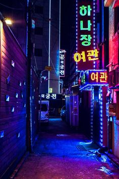 Neoncities is a sub for photography of neon-lit cities at night. Some would call it cyberpunk, others would argue about it. Aesthetic Japan, Japanese Aesthetic, Purple Aesthetic, Retro Aesthetic, Aesthetic Photo, Aesthetic Pictures, Cyberpunk Aesthetic, Cyberpunk City, Aesthetic Backgrounds