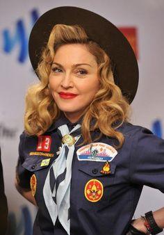 CARAS - Internacionais - Madonna se veste de escoteiro em noite de premiação