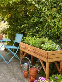 Un carré potager sur pieds, parfait pour faire pousser vos plantes aromatiques pour tout avoir à portée de mains. Menthe, basilic, romarin... à vous de choisir. #castorama #inspiration #decoration #ideedeco #tendancedeco #jardin #exterieur #amenagement #carrépotager #plantesaromatiques #basilic #romarin #menthe