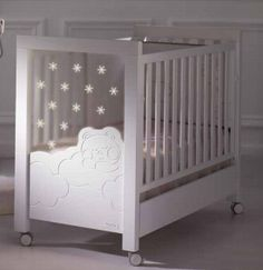 DOLCE LUCE La cuna dispone de iluminación de acompañamiento y vigilancia nocturna a través de un sistema integrado de luces Led que permite iluminar suavemente la habitación del bebé.