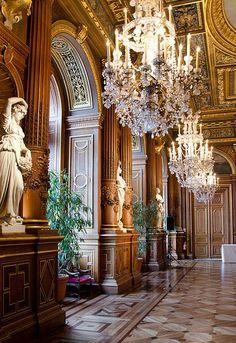 Magnifique ensemble de lustres à pampilles de cristal... photo trouvée sur internet Les Artisans du Lustre vous proposent des lustres baroques à pampilles de cristal, de fabrication artisanale  Toutes tailles et formes disponibles sur demande  www.i-lustres.com