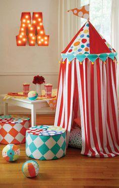 Me encanta esta combinación de tienda de campaña y carpa de circo. Y qué colores!