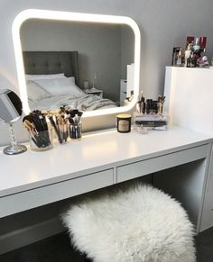 â–º 17 DIY Vanity Mirror Ideas to Make Your Room More Beautiful - EnthusiastHome Makeup Room Ideas room DIY (Makeup room decor) Makeup Storage Ideas For Small Space - Tags: makeup room ideas, makeup room decor, makeup room furniture, makeup room design Makeup Room Decor, Makeup Rooms, Dream Rooms, Dream Bedroom, Master Bedroom, White Bedroom, Sala Glam, Vanity Room, Vanity Mirrors