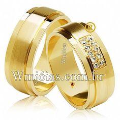 A aliança feminina é cravejada com 10 diamantes de 1 ponto as pedras são dispostas em 2 fileiras o formato das alianças é reto