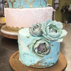 Loving the top tier of this wedding cake. #sugarflowers by sweetheatheranne