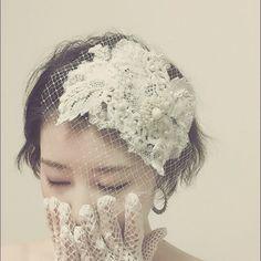 Porte de VanvesさんはInstagramを利用しています:「お客さまのオーダー品*** この子はお問い合わせを多く頂いているので、 近々そっくりな新作をお作りすることになりましたー*:...。・ #ウエディング#ウエディングドレス…」 Short Bridal Hair, Bridal Hair Flowers, Wedding Hats, Wedding Veils, Wedding Stuff, Headpiece Jewelry, Hair Jewelry, Hair Arrange, My Perfect Wedding