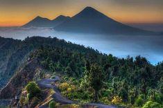 Amanecer desde la meseta del Volcán Pacaya, viendo al fondo las cumbres del Volcán de Agua, Acatenango y Fuego (Guatemala). Fotografía de Jaime Viñals.