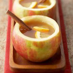 Infusión de Manzana, Naranja y Canela Cortar la parte superior de la manzana como si fuera una tapa, sacar la carne de la fruta con una cuchara dejando 10 mm de grosor en los bordes. Sacar la ralladura de la naranja con un rallador fino. Poner el litro de agua en una olla a fuego medio. Agregar la manzana, la ralladura y la canela. Cuando esté a punto de hervir, agrega el jugo de media naranja.servir