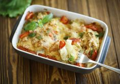 This potato casserole incorporates hash browns and corn flakes for a unique yet tasty hearty meal. It is the perfect meal to warm you up on a cool and frosty winter day. Curry Recipes, Fish Recipes, Vegetarian Recipes, Cooking Recipes, Healthy Recipes, Chicken Recipes, Oven Dishes, Fish Dishes, Healthy Diners