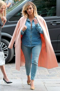 Like Jennifer Lopez, Kim Kardashian has opted to accessorise her look with  some nude high heels. However, she s chosen to finish her look with a  salmon ... 75ea050d9182
