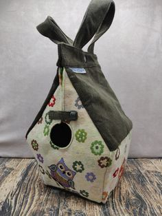 Uilen thema Birdhouse Bag voor breiers of hakers, Vogelhuis Breitas/projecttas, helemaal gevoerd by FiberRachel on Etsy Yarn Bowl, Knitted Bags, Birdhouse, Printing On Fabric, My Design, Shapes, Knitting, Crochet, Projects