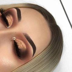 Eye makeup will complement your beauty and also make you look dazzling. Find out the way to use make-up so that you can easily show off your eyes and make an impression. Uncover the most beneficial tips for applying make-up to your eyes. Eye Makeup Blue, Makeup Eye Looks, Gold Makeup, Cute Makeup, Gorgeous Makeup, Pretty Makeup, Skin Makeup, Eyeshadow Makeup, Eyeshadows