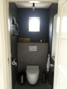 Industriële toilet met donkere wanden
