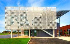 Перфорированный эко-фасад современного офиса