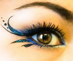 make up guide Sparkly blue winged eyeliner. make up glitter;make up brushes guide;make up samples; Fairy Costume Makeup, Halloween Makeup, Fairy Eye Makeup, Diy Halloween, Clown Makeup, Costume Halloween, Devil Makeup, Witch Makeup, Halloween Tutorial