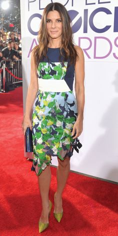 It's so nice to see Sandra Bullock wearing more colorful ensembles! Sandra Bullock in Peter Pilotto dress with navy Jimmy Choo clutch and chartreuse Kurt Geiger heels. Sandra Bullock, Sandro, Celebrity Red Carpet, Celebrity Style, Looks Style, My Style, Casual Dresses, Summer Dresses, Red Carpet Looks