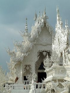 "artedivetro: ""Wat Rong Khun - Thailandia "" Wat Rong Khun (Thai: วัดร่องขุ่น), perhaps better known to foreigners as the White Temple, is a contemporary, unconventional, privately owned, art exhibit in the style of a Buddhist temple in Chiang Rai..."