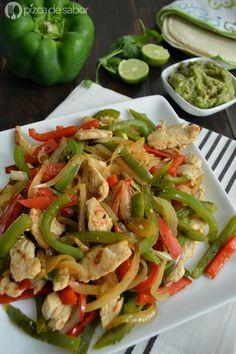 Aprende a preparar las deliciosas pero fáciles fajitas de pollo con esta receta paso a paso. Llenas de sabor, sirve con guacamole, tortillas, salsa y jugo de limón.: