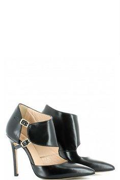 Cut-out booties con punta sfilata in pelle nera, con doppio cinturino con elastico laterale, soletta in pelle, tacco a spillo di 11 cm e fondo cuoio. Ovyé fashion shoes Made in Italy.