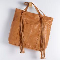 BGC 0143 - bolsa g em couro estonado com detalhe de argolas forradas em couro e dois barbicachos longos na frente. possui fechamento de zíper. alt: 37cm. larg: 35cm. prof: 10cm