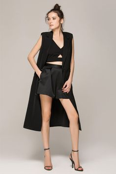 31 All-Black Outfit Ideas That Are Seriously Creative Dress up a crop top and shorts with a long vest. Vest Outfits, Night Outfits, Fashion Outfits, Black Outfit Edgy, Black Outfits, Long Black Vest, All Black Dresses, All Black Fashion, All Black Looks
