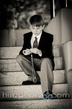 Put Scriptures in hand in place of Rosarie Beads. Boys First Communion, First Communion Dresses, Baptism Pictures, Boy Pictures, Wedding With Kids, Photography Poses, Baptism Photography, Kirchen, Photos