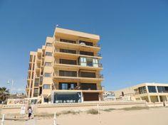 REF 641 : 2 slaapkamer appartement direct aan het strand (1e lijn) 680 p/m   Groot appartement van 100m2 direct aan het strand. Dit appartement beschikt over 2 slaapkamers en 1 badkamer. Er is een ruime lichte woonkamer aanwezig met toegang tot het balkon van 15m2. Vanaf hier heeft u een adembenemd uitzicht over het strand, de zee en boulevard van Guardamar del Segura. Beide slaapkamers hebben 2 bedden, de keuke is volledig met apparatuur, beneden is er een garage