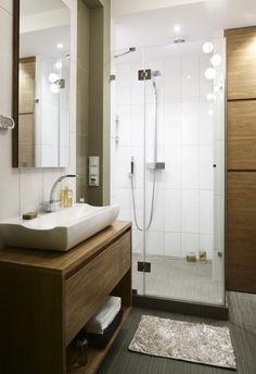 aménagement salle de bain avec un sous lavabo en bois