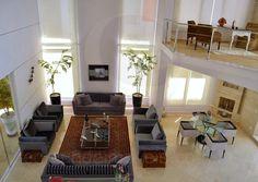 O pavimento superior possui uma convidativa sala íntima, além de cinco espaçosas suítes, sendo duas delas master.