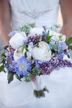 bouquet de mariée original de pivoines blanches et lilas