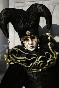 Jester at Venice Carnival Venetian Costumes, Venetian Carnival Masks, Carnival Of Venice, Venetian Masquerade, Masquerade Ball, Venice Carnivale, Venice Mask, Costume Venitien, Pierrot Clown