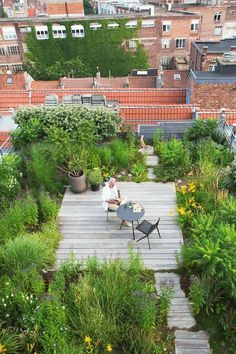 We have some excellent balcony garden design ideas and also crucial pointers that you can utilize for motivation on your rooftop. Rooftop Garden 33 Beautiful Rooftop Garden Design Ideas to Adding Your Urban Home Rooftop Terrace Design, Terrace Garden, Green Terrace, Rooftop Deck, Gazebos, Front Yard Design, Roof Architecture, Sustainable Architecture, Residential Architecture