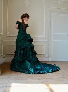 Victorian prom dress in green taffeta bottle Victorian Ball Gowns, Costume Renaissance, Style Haute Couture, Bustle Dress, Strapless Corset, Bodice Top, Green Gown, Vintage Gowns, Victorian Fashion