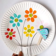 Fingerabdruck-Blumen und fliegender Schmetterling - Frühlings-Handwerk - Crafts for Kids Paper Crafts For Kids, Crafts For Kids To Make, Craft Activities For Kids, Preschool Crafts, Easter Crafts, Art For Kids, Preschool Kindergarten, Kids Fun, Flower Craft For Preschool