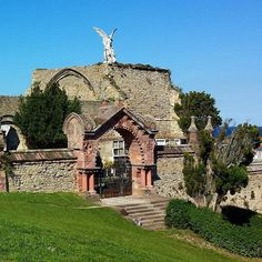 """Cementerio gótico de Comillas con el """"Ángel Exterminador"""" de Llimona #Esta imagen tiene copyright"""