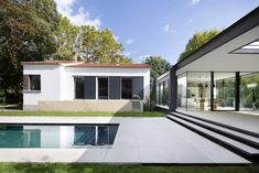 Modern single family house located in Montpellier, France, redesigned and extended by Brengues Le Pavec Architectes. Farnsworth House, Montpellier, Home Building Design, Home Design, Open Space Living, Living Spaces, Amazing Architecture, Modern Architecture, Tiny House