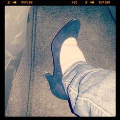 Sono uscita di casa per un pomeriggio in compagnia e avevo addosso un paio di sneakers. E sono rientrata con addosso queste. Perchè? A fine serata mia cugina aveva maldipiedi, e prima che potesse protestare le ho dato le mie scarpe e mi sono messa le sue (che sono un numero meno del mio, ma fa niente). Ecco, questo mi ha reso felice ♥♥♥  #100daysofhappiness #day50 #sneakers #andata #tacchi #ritorno #scambio #tra #cugine #tohlemiescarpe