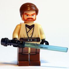 """OBI WAN KENOBI (Star Wars EPII Attack of the clones) - Marca: SY SHENG YUAN Código: MOSW012 - Contenido: (1 minifigura, 1 espada láser, 1 base soporte). Maestro de Anakin y más tarde protector de Luke. Caballero Jedi por exceléncia que jugó un importante rol durante los últimos días de la República Galáctica en las Guerras Clon. Minifigura de gran calidad que representan a Obi Wan tal como aparece en """"El ataque de los clones"""". Esta y muchas más figuras en minifigurix.com."""
