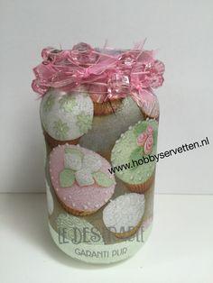 Servet Essenia aangebracht op een glazen pot en afgewerkt met een roze ketting