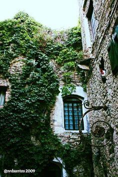 Bussana Vecchia (2009) Italy, Cabin, House Styles, Home Decor, Italia, Decoration Home, Room Decor, Cottage, Interior Decorating