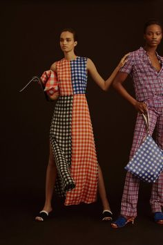 See all the Diane von Furstenberg Pre-Fall/Winter photos on Vogue. Fashion Week, Fashion 2017, High Fashion, Fashion Trends, Fall Collection, Models, Vogue Russia, Vogue Paris, Editorial Fashion