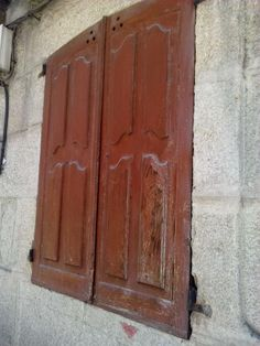 bebeteca. Típicas contras de ventana en Xinzo de Limea.