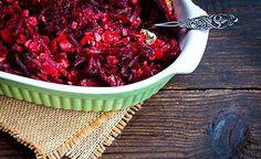 Hier finden Sie ein leckeres veganes Gemüserezept. Der Rote-Bete-Auflauf ist sehr schnell und einfach zubereitet. Das in der Roten Bete enthaltene Betain kann den Homocysteinspiegel senken und so vor Herz- und Gefässerkrankungen schützen.
