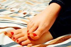 How Long Does It Take Vicks Vaporub To Get Rid Of Toenail Fungus-Toenail Fungus Treatment Prescription Oral Kinesio Tape, Diy Foot Soak, Soak Feet, Toenail Fungus Remedies, Toe Fungus, Coffee Face Scrub, Vicks Vaporub, How To Grow Nails, Anti Cellulite