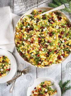 Salade de pâtes / farfalles / oignon rouge / pommes vertes / pomme rouge / canneberges séchées / fromage feta / roquette / jus de citron