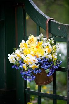 daffodils and snowdrops Beautiful Flower Arrangements, Floral Arrangements, Beautiful Flowers, Garden Gates, Garden Art, Deco Floral, Spring Sign, Mellow Yellow, Floral Bouquets