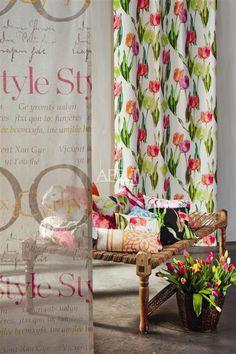 Floral - transparentes Panneau TYPO kombiniert mit einem floralen Druck Art. 4173 dazu ein Mix aus Kissen von Apelt