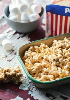 Je n'ai aucune idée de l'état dans lequel j'étais lorsque j'ai pensé à cette recette. Peut-être ai-je eu un genre de spasme au cerveau, mais j'ai eu la soudaine envie de mixer du popcorn à une recette de Rice Krispies.