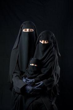 © Boushra Alumtawakel / The Hijab Series - Mother, Daughter, Doll ben arapları çok seviyorum Arab Girls Hijab, Girl Hijab, Muslim Girls, Muslim Couples, Hijab Niqab, Muslim Hijab, Beautiful Muslim Women, Beautiful Hijab, Mode Niqab